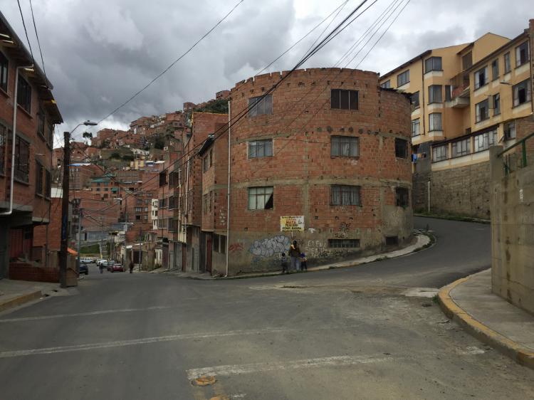 En venta casa de 3 departamentos m s garzonier villa san for Casas minimalistas la paz bolivia