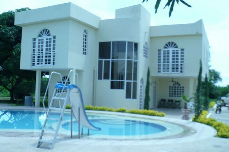 Alquiler de casa campestre con piscina y quebrada en finca for Apartamentos alquiler con piscina