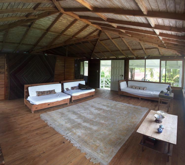Fotos de hermosa casa en entorno natural en san andres isla for Sala de estar segundo piso