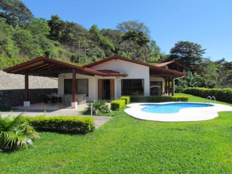 Piscinas de casas stunning piscina en jardn junto a casa for Casas de madera con piscina