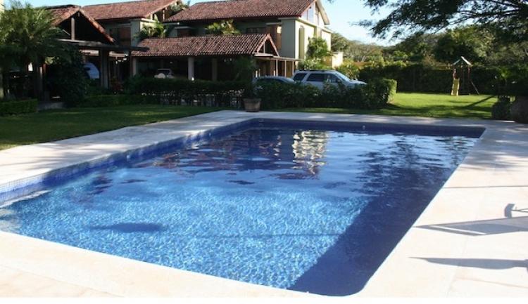 Ganga preciosa casa con piscina y sauna en santa ana for Construccion piscina temperada