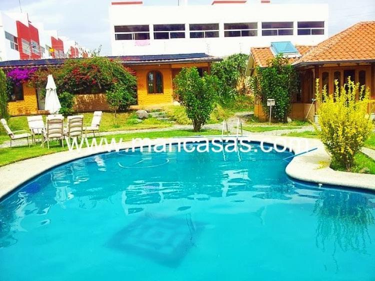 Hermosa propiedad de venta en el valle de los chillos for Casas con piscinas fotos