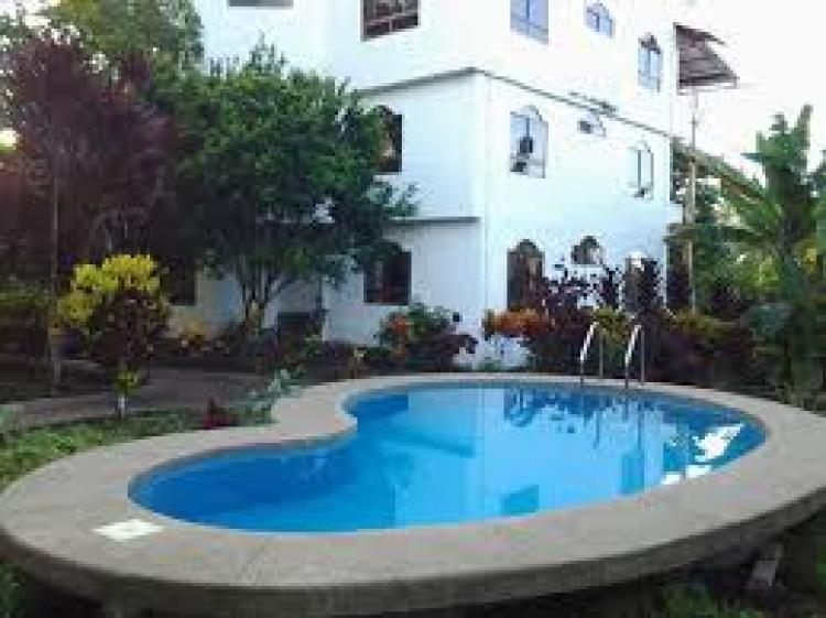 Hospedaje en gal pagos hotel con piscina de agua dulce for Piscina de agua salada