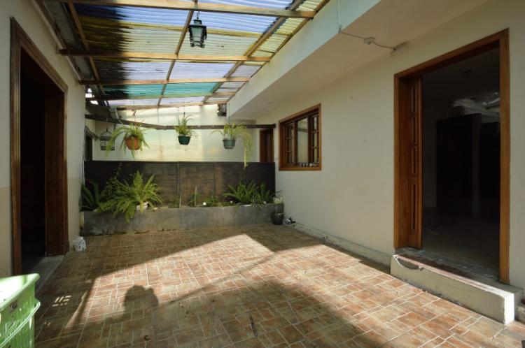 Se vende una casa con terreno ubicada en la entrada a Baños. CAV14625