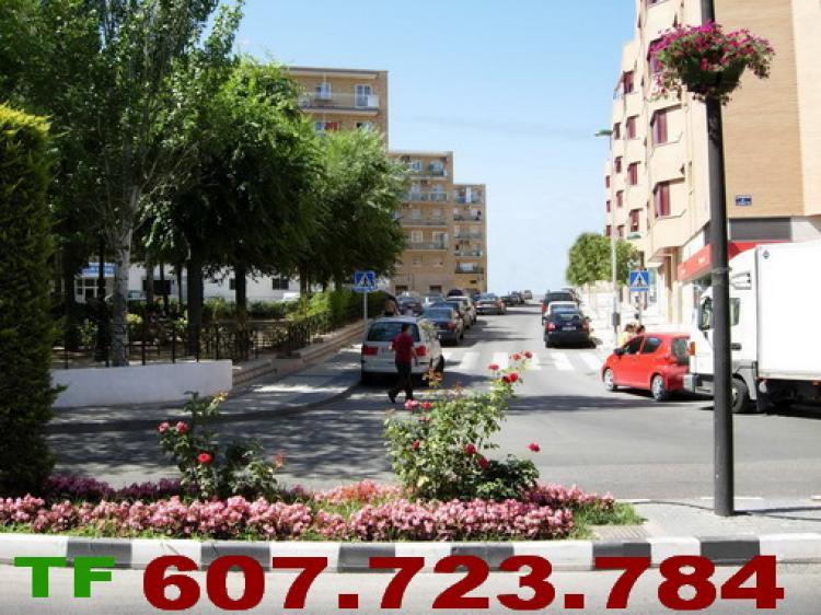 Alquilo oficina o local esquina a 3 calles 380 m2 junto al for Oficina de empleo de arganda del rey