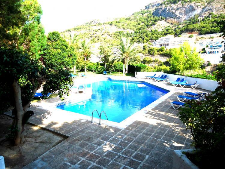 Duplex con 3 piscinas y pista de padel dua6031 for Piscinas picornell padel