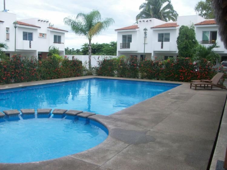 Amplia casa mora en un bonito coto con alberca y jardines for Fotos de casas con jardin y alberca