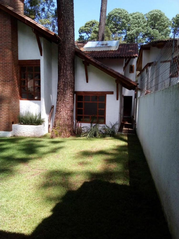 Casa con jard n y terraza a la orilla del r o en calle for Casas con jardin y terraza