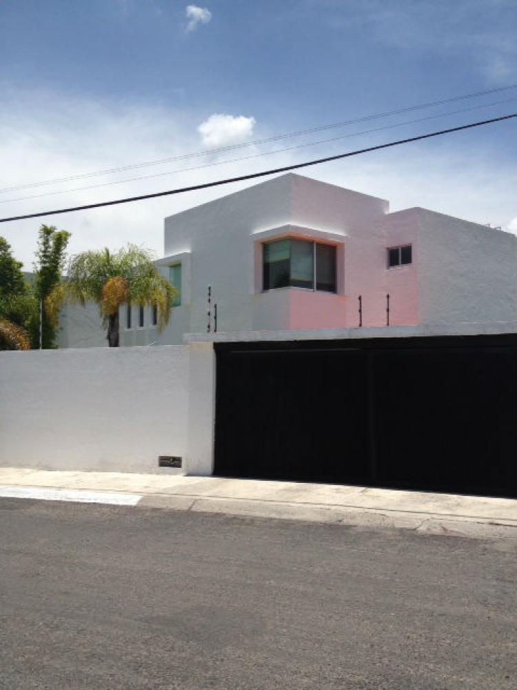 Casa minimalista de doble altura en juriquilla renta for Renta casa minimalista cancun
