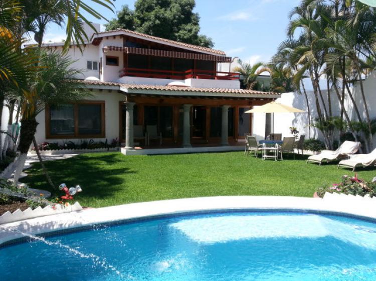 Casa sola en cuernavaca vista hermosa cav148087 for Imagenes de casas con alberca y jardin