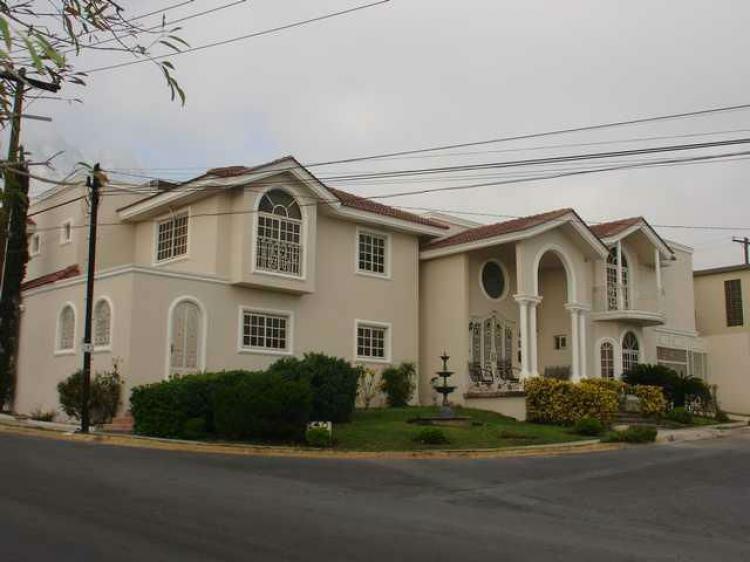 Imponente residencia llena de detalles y todos los for Casas en monterrey