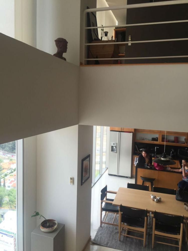 Departamento loft en dos niveles y doble altura en sala Departamentos de dos pisos