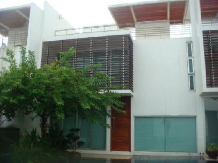 casa habitacion de arquitectura moderna con acabados de