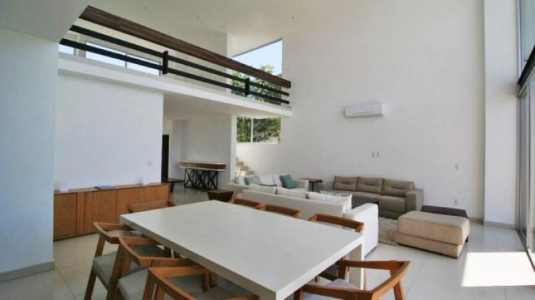 Hermosa residencia estilo minimalista en fraccionamiento for Casa con jardin valencia