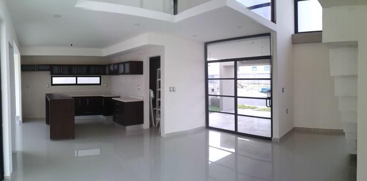 Residencia en lomas del mar con pisos y azulejos for Casa pisos y azulejos