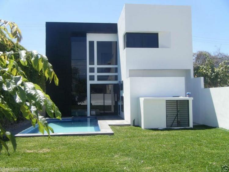 Casa con seguridad con alberca estilo minimalista cav120487 for Casa minimalista interior negro
