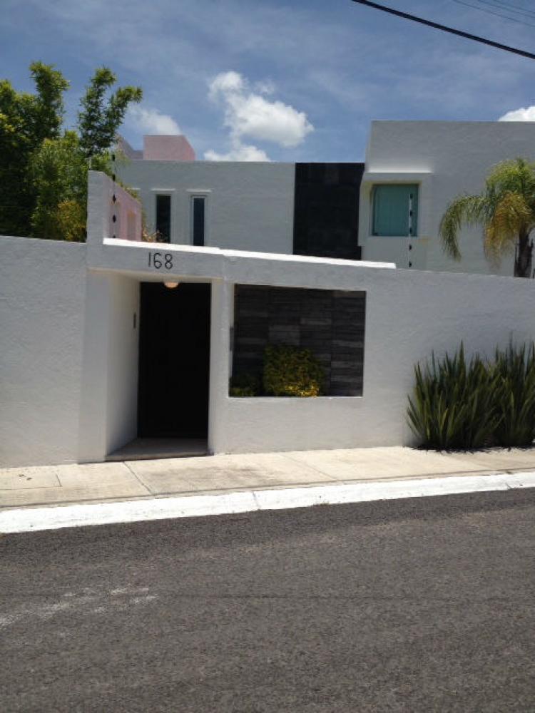 Casa minimalista de doble altura en juriquilla cav140527 for Casa minimalista rojo