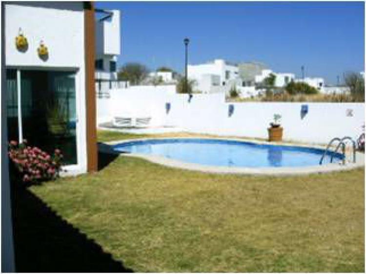 Casa con alberca y amplio jardin amueblada car76903 for Casas en renta en queretaro